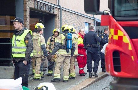 Både politi, ambulansepersonell og brannvesen var samlet utenfor legevakta i Sarpsborg sentrum.