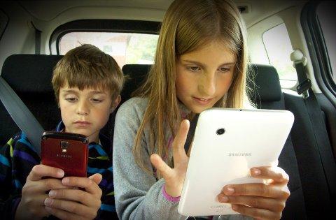 FARLIGE DUPPEDITTER: Magnus (8) og Amalie (10) viser hva man ikke skal gjøre på bilturer.