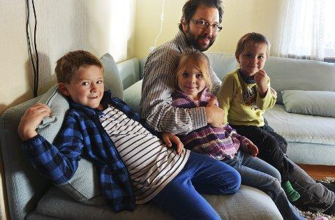 GLAD I MUSIKK: Daniel med barna Samuel (6), Gabriella (4) og Benjamin (2).Foto: Per Gilding