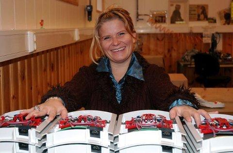 RYKKER OPP. I dag lager Veronika Pedersen styringssystemer for solsenger. Når utdannelsen som bedriftspedagog er gjennomført, er hun lovet en plass i ledelsen hos Svelvik Produkter. FOTO: TORE SHETELIG