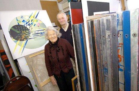 SAMARBEID: Kunstner og nyutnevnt ridder Odd Tandberg har hatt god hjelp i Numme gjennom 60 års samliv. Numme har vært Odds kunstneriske medarbeider opp gjennom årene. FOTO: CHRISTIAN CLAUSEN.