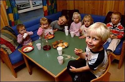 nehage  har hatt aksjonsdag, og her puster ungene ut med litt suppe og muffins etter at aksjonen er over, f.v. Eline, Elin, Hans Magnus, Mia, Thea, Adam og Sander