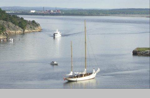 Her er skuta på vei mot Kjøkøysund bru. Bruen er 28 meter, masten på Mohawk er drøyt 27 meter