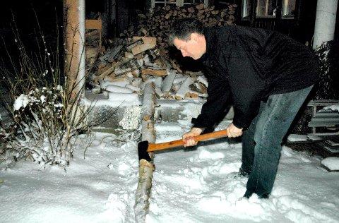 FELLINGSØKS: Vednerden Mytting demonstrerer fellingsøksa på liggende bjørk. Han berømmer balansen i øksa.