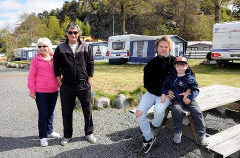 Familien Reinhartsen har vært trofaste gjester på Langeby campingplass siden slutten av 1960-tallet, og gleden over å feriere her har gått i arv fra generasjon til generasjon. Her ser vi Nanette (62) og Runar (64), Arild og Marcus (5 1/2) foran campingvognene. Foto: Atle Møller