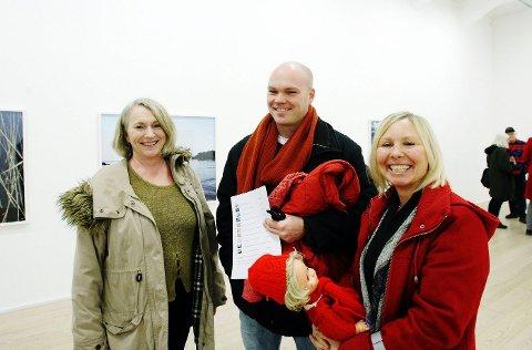 (Fra v.) Kari Wold, Trond Wold og Frida Carlberg-Wold likte utstillingen. – Hadde vi hatt et kjempehus, hadde vi kjøpt et av de aller største bildene, sier Carlberg-Wold.