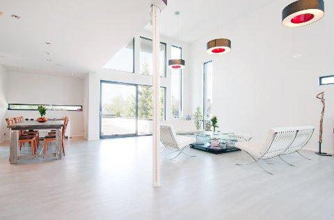 Takhøyde på fem meter, store vindusflater og lyse veggflater gir atmosfæren i huset et luftig og minimalistisk preg.