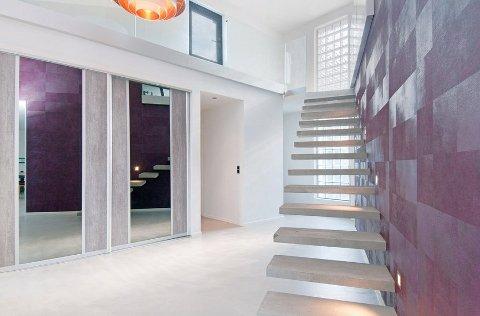 Trappen opp til annen etasje gir inntrykk av et svevende design.