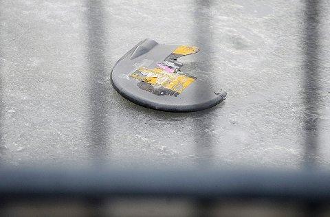 Her ligger en del av bommen på isen.