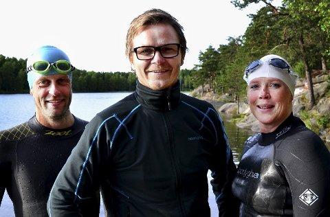 GLEDER SEG: Arrangør Knut Egeland (i midten) ser frem til triatlon i august. Det gjør også deltagerne Thomas Andresen og Jenny Lure.
