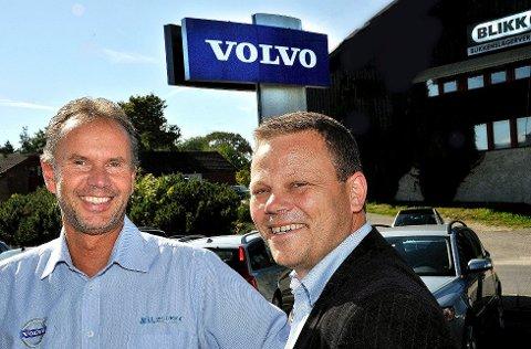 SMILER: Etter å ha omsatt nye Volvoer for ni millioner i løpet av 20 minutter, har Ivar Lileng og Per Anders Buer hos Bilbutikk 1 all grunn til å smile. foto: Jarl M. Andersen Foto: Jarl M. Andrsen