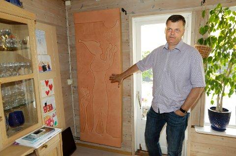 Platen på veggen ser ut som et kunstverk, men er i virkeligheten en radiator knyttet til Håkon Borchs solfangeranlegg.