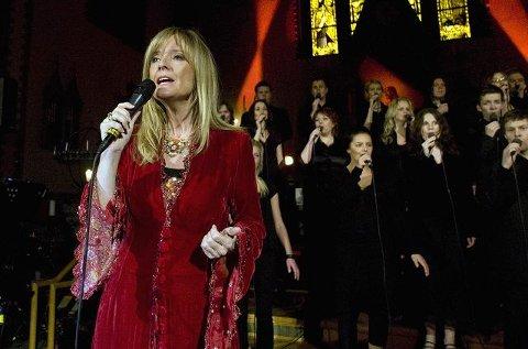 UTFOR VEGEN:I går song Hanne Krogh for fullsett kyrkje i Haugesund. På veg til Skånevik i dag hamna konsertbussen hennar i grøfta.