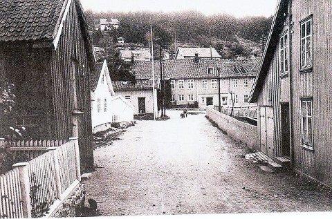 Bildet er tatt omtrent der porten til Noroltomta er og ut mot Storgata. Til høyre ser vi Hamborgården, og midt i mot ligger Finnegården.