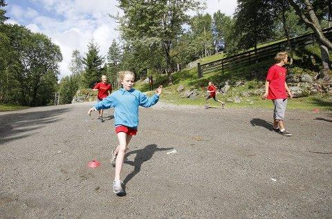 I FARTA: Sarah Tender fra Kolbotn storkoste seg på Vangen. Her spiller de pløseball. FOTO: STIG PERSSON