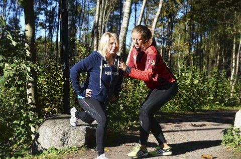 ENGASJERT: Personlig trener Cecilie Christophersen følger nøye med på Carina Rambos teknikk i gjennomføringen av en styrkeøvelse. Etterpå kan jentene skrive opp hvordan dagens treningsøkt gikk, for å se om treningen gir resultater.