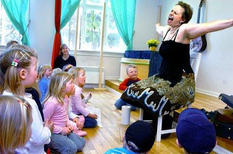 Vilde Bjerke får ungene i DoReMi barnehage med på notene med sitt kroppsspråk.