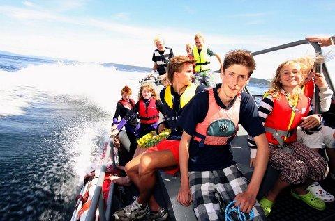 HEI HVOR DET GÅR: Det går unna når redningsskøyta «Uni Oslofjord» guffer opp farten så sjøsprøyten står. I regi av Røyken Seilforening, arrangeres det tre uker denne sommeren «Gøy på vannet».