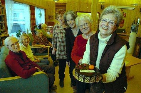 Leder Karin Jokerud (foran med kaken), Solveig Ødegården, Else Marie Rishovd og Berit Bergersen tok imot kaken på vegne av hele vennegjengen som totalt består av ti driftige damer. –Kaka er velfortjent sier beboerne Kåre Skogstad, Anne Lise Evensen, Kristine Evju og Ingeborg Bråten.