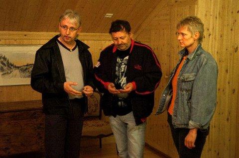 PÅ JAKT. Jan Erik Hanssen (t.v.), John Jakobsen og Kathrine Kjeve guider spøkelsesjakt på Fossesholm. Mange mente de merket spøkelsene, jeg merket ingenting. FOTO: RUNE FOLKEDAL