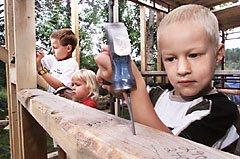 I FARS FOTSPOR: Ørjan (8), Malene (3 1/2) og André (5) hjelper gjerne til når tømrerpappa Morten skal bygge på hytta ved Lyseren.