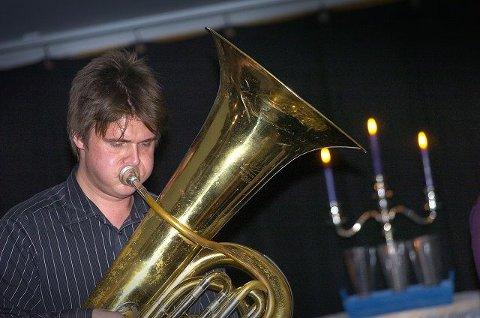 LEKEN TUBAIST: Lars Andreas Haug lekte seg med tubaen da Mezzo ankom Ski. FOTO: CHRISTIAN CLAUSEN