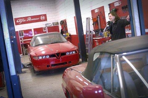 GLIS: Her er Tom Skorpen og hans Alfa Romeo SZ prototype som det kun finnes en eneste av i hele verden.  FOTO: CHRISTIAN CLAUSEN