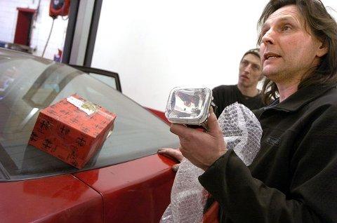 KOSTBARE: Tom Skorpen har ikke brukt så mye tid og penger på sin sjeldne bil. –Det dyreste er fire eksemplarer av denne frontlykta. De måtte jeg ut med en månedslønn for, sier han. FOTO:  CHRISTIAN CLAUSEN