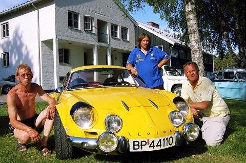 ENTUSIASTER: Steinar Kaaten (fra venstre), Vidar Nyen og Svend Dahle er Renault-entusiater. Her poseres de ved Nyens Alpine.<I>Foto:Håkon Kagnes</I>