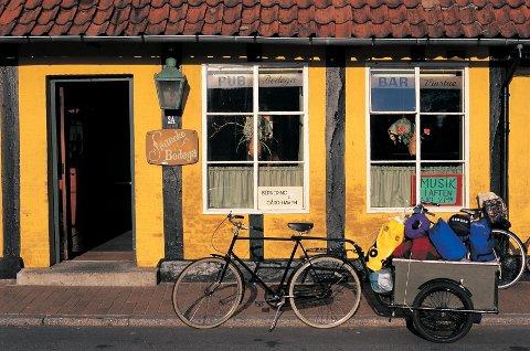 Syklisten har tatt en pause i idylliske Svaneke.
