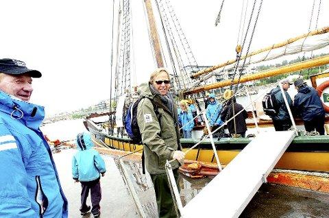 I øsende regn satte den 120 år gamle ishavsskuta, her med en godt kledd Nøtterøy-ordfører, Roar Jonstang, på vei om bord, kursen mot Fulehuk fyr. Foto: Kirvil Håberg Allum