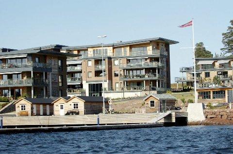 Frp-politiker Per Arne Olsen bor i leiligheten på bakkeplan i bygget midt i bildet. Bent Moldvær bor i andre etasje til venstre for sin partikollega. Foto: Kirvil Håberg Allum