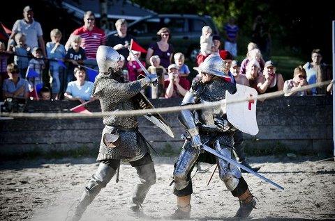Greven og Kongens menn kjempet hardt mot hverandre i turneringen. Kongen og hans menn kom seirende ut av det hele.