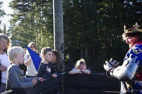 Sondre Overskeid (7), Lars Overskeid (11), Nicolas Basterman (11) og Emma Kristine Karlsson (7) var så heldig og få snakke med kongen.