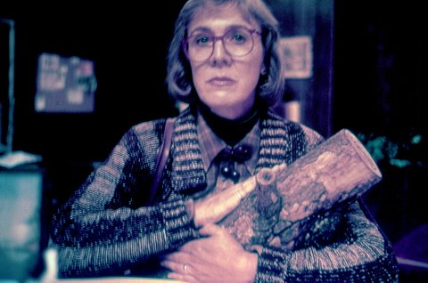 Log Lady (Catherine E. Coulson) er en ypperlig representant for den underlige byen Twin Peaks.