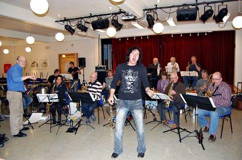 Søndagens konsert med Ski storband i Rådhusteatret er andre gang glamrockeren Åge Sten Nilsen synger med storband. Her går det i «I`m just a gigolo». Til venstre musikalske leder Biørn Barlo. FOTO: OLE ENDRESEN