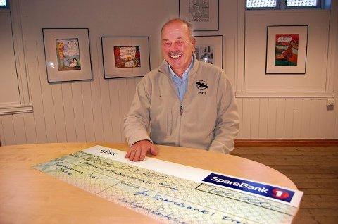 glad styreformann: Helge G. Simonsen, styreleder i Avistegnernes Hus i Drøbak, synes det er grunn til å vise det store smilet etter at galleriet har mottatt en pengegave på 100.000 kroner. FOTO: OLE ENDRESEN
