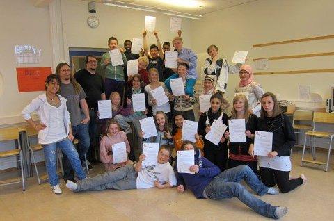 Elevene fikk kursbevis som forteller om hva de har lært på kurset.