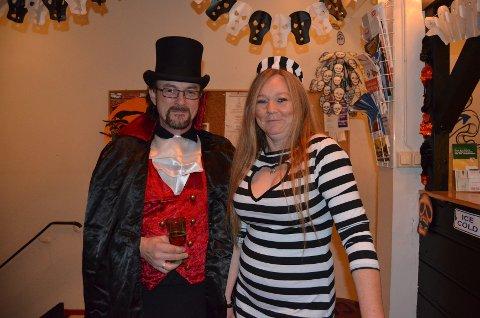 Formann i ACOC Moss, Yngve Abelsen og kona Ruth Kjærran Abelsen, ankom festen i temariktige kostymer og godt humør.
