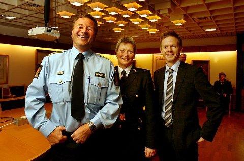 Ny politistasjonssjef i Moss, Kasper Hermansen, fikk en lattermild start på den nye jobben i rådhuset i Moss i går. Han ble blant annet gratulert av politimester Beate Gangås og mosseordfører Tage Pettersen.