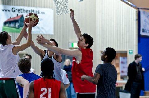 Eivind Scheen (med rød t-skjorte) deltok sammen med rundt 40 andre basketspillere på landslagsuttak i helgen. Konkurransen om en plass i U18-troppen er tøff.