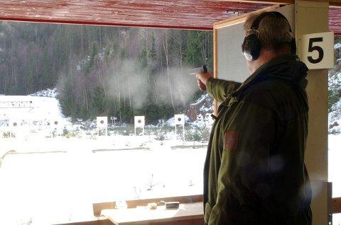 KRUTTRØYK: Det lukter krutt når deltakerne har brent av rundt 30 skudd hver på den praktiske prøven.