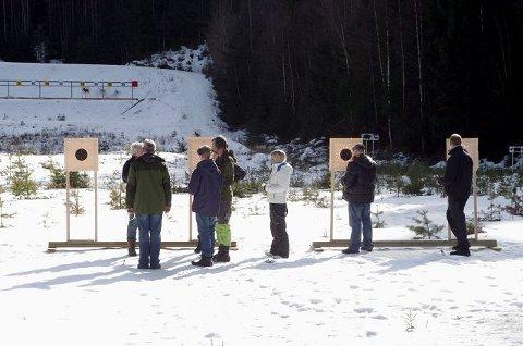 GJENNOMGANG: Etter hver runde går deltakerne fram til skivene sammen med instruktør Dag Olausen (t. ve.).