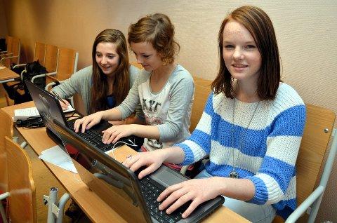 I GANG: Fra venstre: Helena Klevgård Dietrichs (8. trinn), Ida Martea Mikkelsen (8. trinn) og Siri Rusten (9. trinn) jobber alle med Birken-prosjektet på Åmot ungdomsskole om dagen. (Foto: Kristin Søgård)