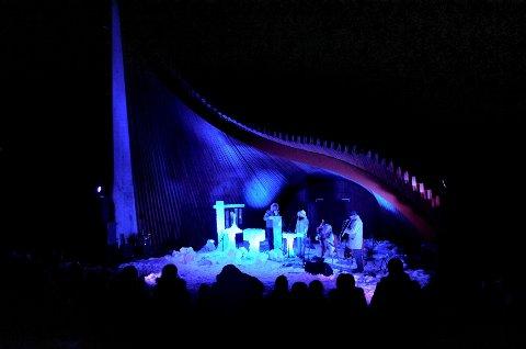 VAKKERT SKUE: Utescena Harpen er et lite kunstverk i seg selv. Her spiller Terje Isungset og Maria Skranes sammen med Tone Hulbækmo og Hans Fredrik Jacobsen.
