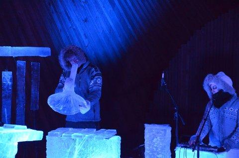 ISTROMPET: Terje Isungset på ett av flere blåseinstrumenter av is.