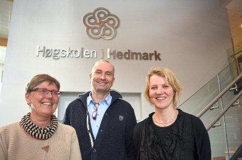 Prosjektleder Terningen Nettverk, Marit Aralt Skaug, (fra venstre), dekan Sven Inge Sunde og prodekan Ingeborg Hartz er godt fornøyde med at Høgskolen i Hedmark nå får en doktorgradsstipendiatstilling i helhetlig kriseoppfølging.Foto: Brynhild Marit berger Møllersen