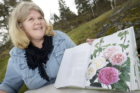 – Er de ikke vakre? Hanne Dølheim viser et bilde av «Mme Boll». FOTO: KARI KLØVSTAD