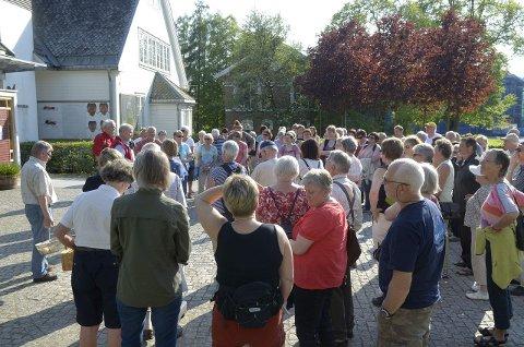 FOLKSOMT: Godt over 100 hadde møtt opp i finværet for å lære mer om nyttevekstene og deres historie ved UMB.