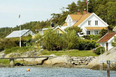 Dette huset (det hvite) i Langvika er til salgs for 9,5 millioner kroner. Ifølge eiendomsmegler Tore Solberg vil det stige mellom to og fire millioner i verdi hvis boplikten oppheves.